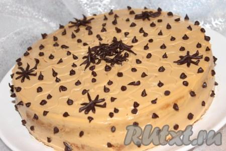 """Затем украсить ими верх и бока торта в хаотичном порядке. Готовый тортик""""Ириска"""" при подаче нарезать на порционные кусочки."""