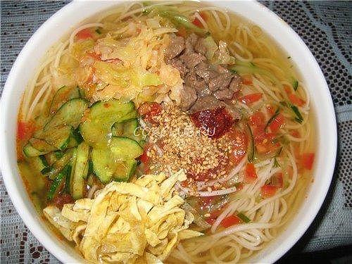Холодный корейский суп «Кукси» с говядиной