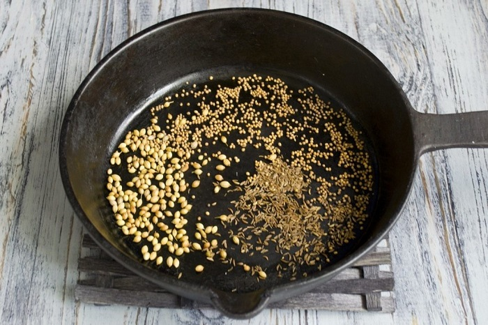 Специи нужно обжарить на сковороде для усиления вкуса. / Фото: botanichka.ru