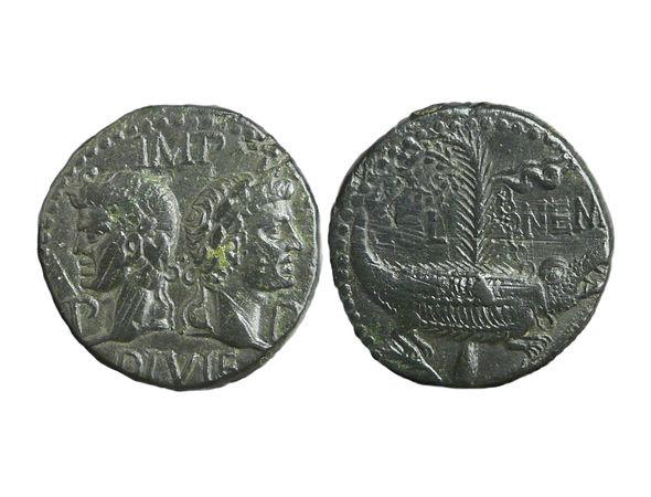 Крокодил и Клеопатра: карикатура на бронзовой монете