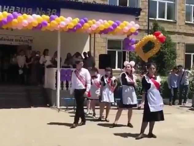 Учеников гимназии раскритиковали за танцы на последнем звонке под «Цвет настроения синий»