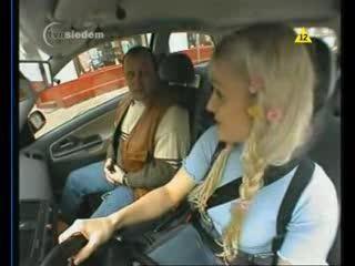 Блондинка учится вождению