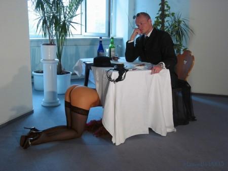 под столом голая фото