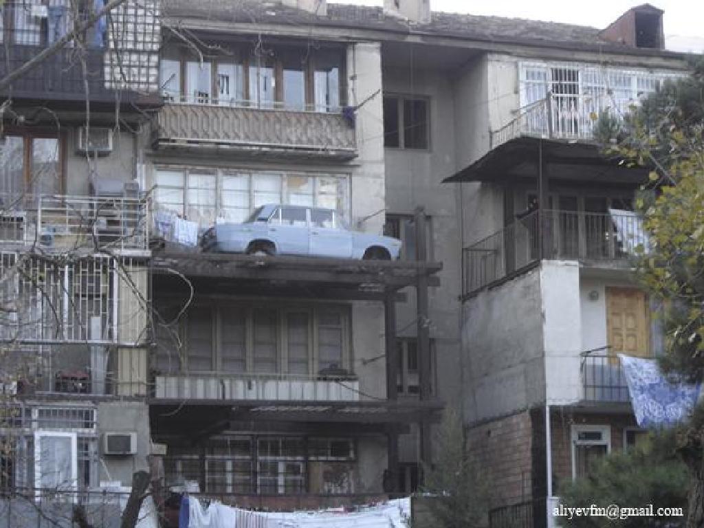 Эти балконы наполнены самым необычным содержимым...и как так.