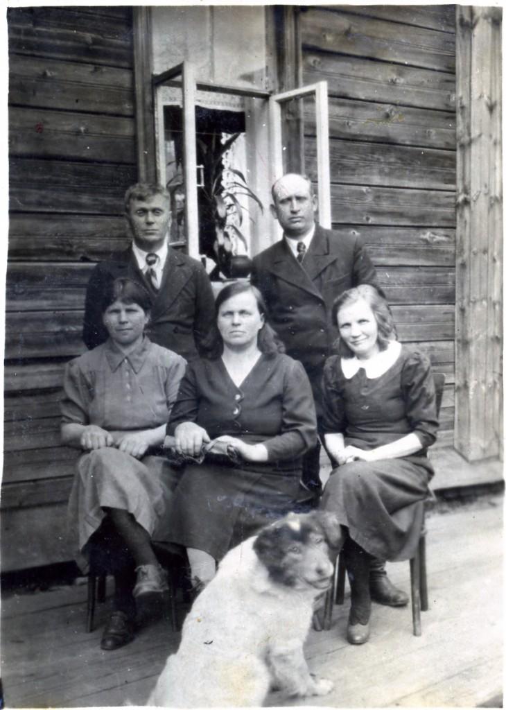 Директор фабрики Синицын П.К. и гл. бухгалтер Грузнов с женами
