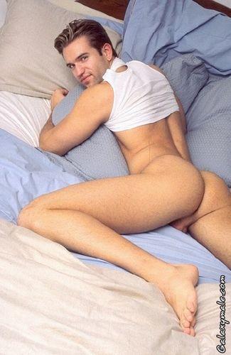 goliy-paren-v-posteli