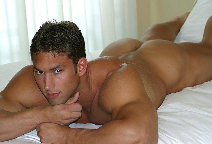 фото голых геев в постели
