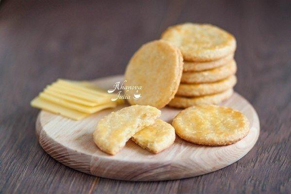 Сырное печенье — и к чаю, и к супу и просто так пощелкать как семечки:)