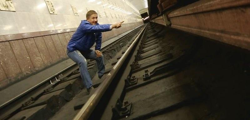 Если человек упал на рельсы в метро: рекомендация, которая спасет жизнь!
