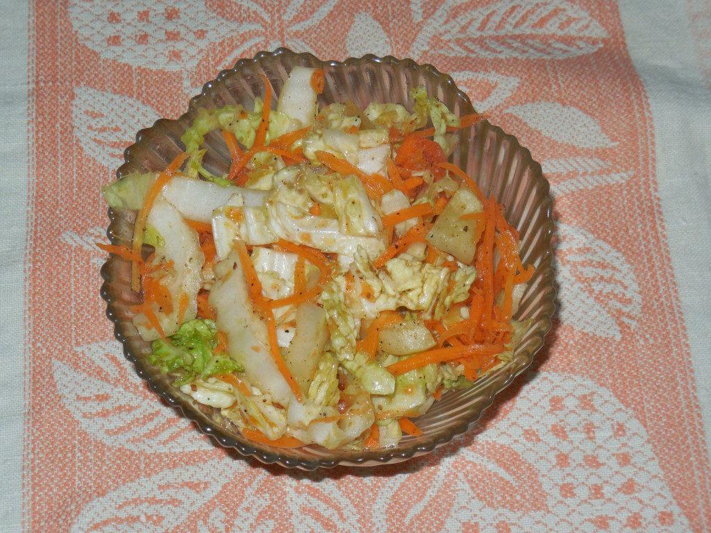 Овощи по-корейски — пекинская капуста, морковь и перец с чесноком