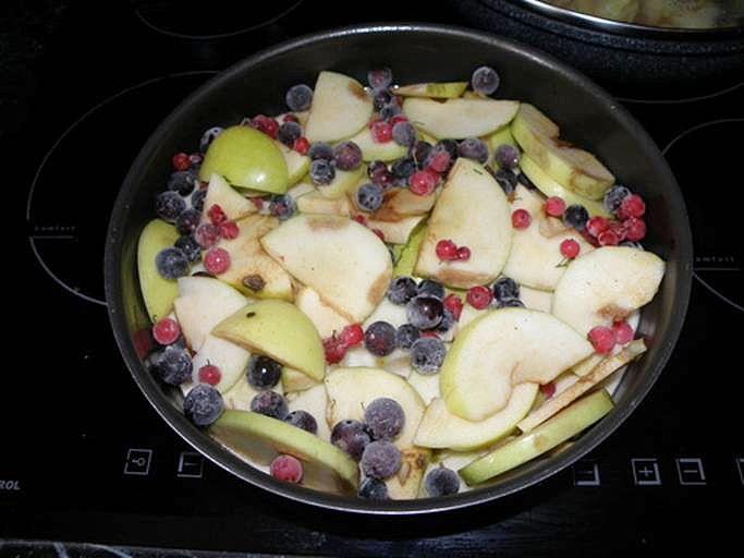 выкладываем замороженную смородину. пошаговое фото этапа приготовления пирога Шарлотка