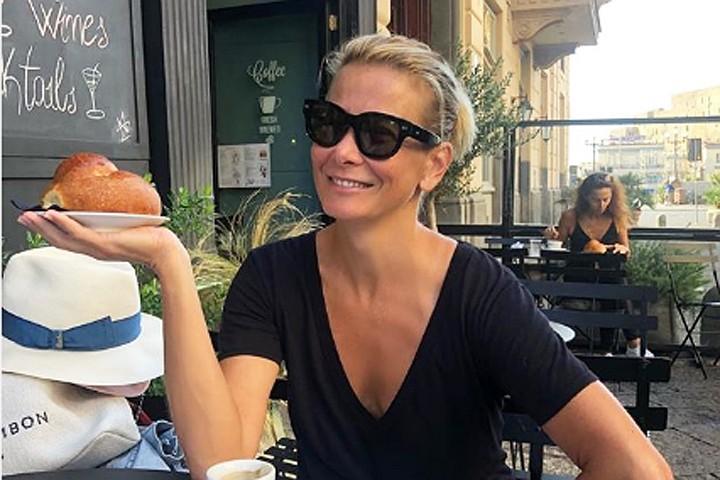 «Ем, и еще как»: 45-летняя Юлия Высоцкая похвасталась стройной фигурой в купальнике