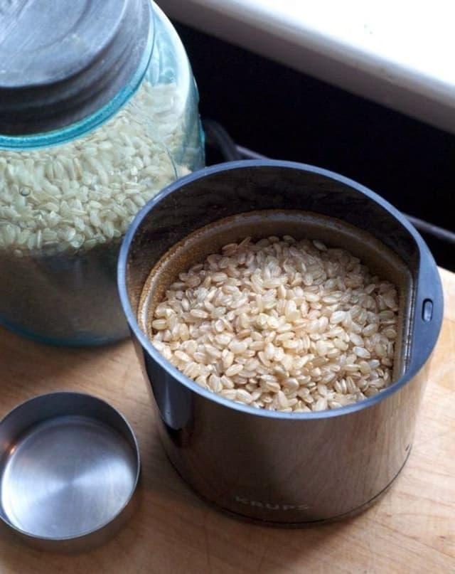 Почему вы должны положить рис в кофемолку?