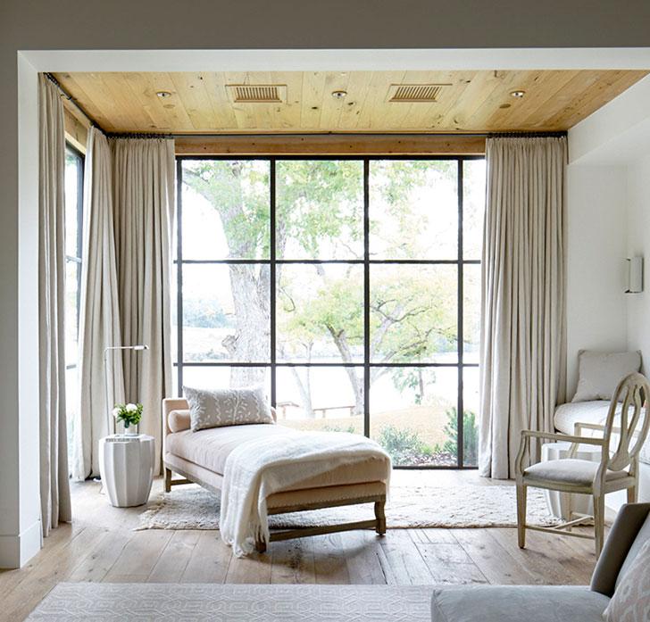 Дерево и светлые тона: просторный дом в Техасе