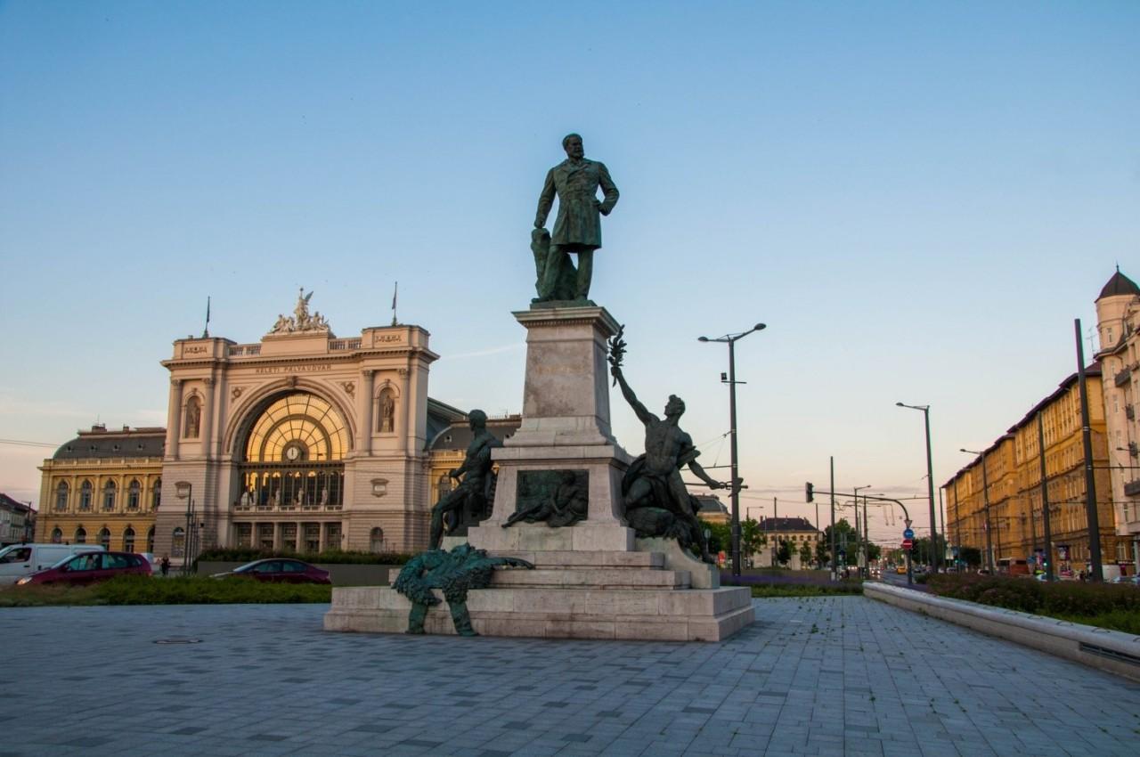 Памятник Габору Барошу около вокзала Келети в Будапеште