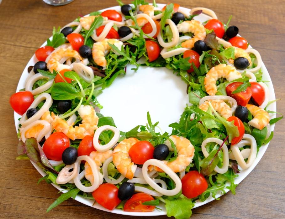 Салат с кальмарами и креветками! Вся фишка в соусе!