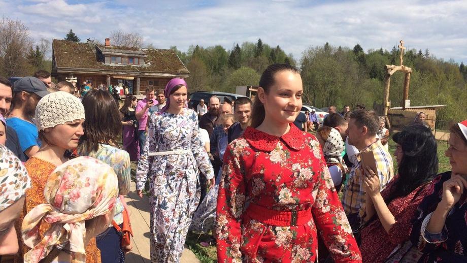 Под Истрой прошло дефиле платьев Алены Стерлиговой в старорусском стиле