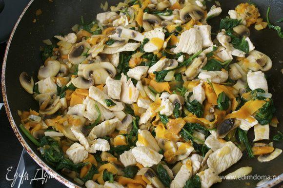 Все перемешать, посолить и поперчить по вкусу. Добавить листики тимьяна... Тушить все вместе около 10 минут, помешивая.