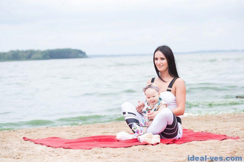 Тренировка на пляже с маленьким ребенком