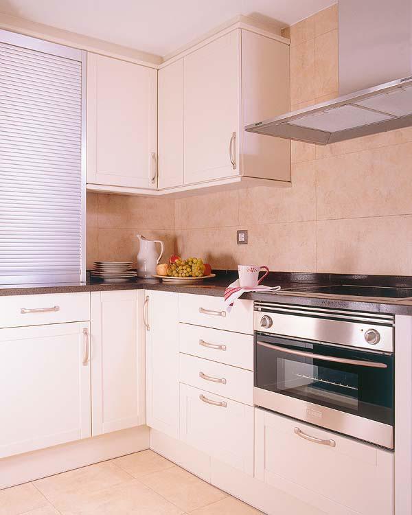 Светлые стены на маленькой кухне