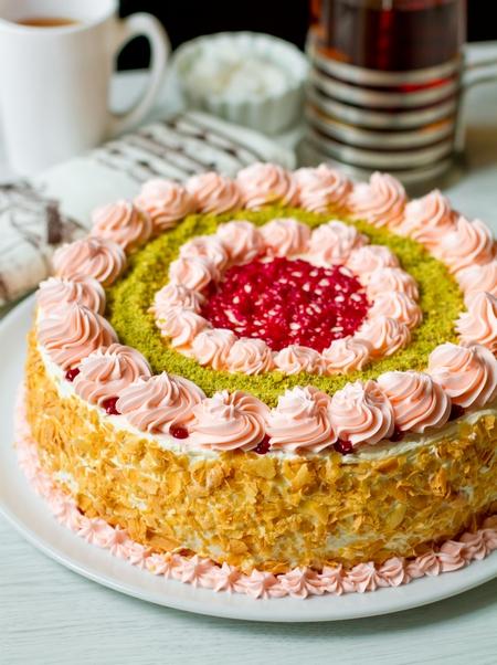Торт бисквитный с заварным кремом и вишней