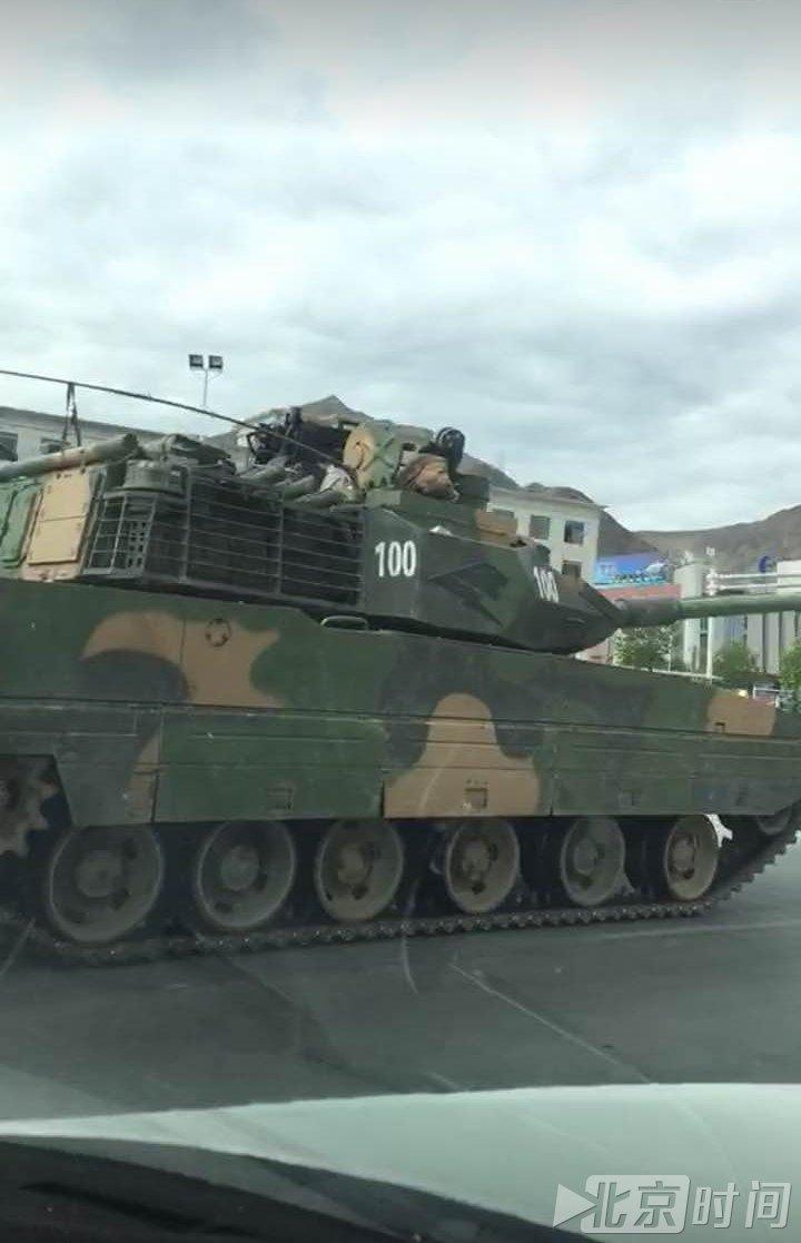 """Новый китайский """"горный"""" танк на улицах Лхасы в Тибете"""