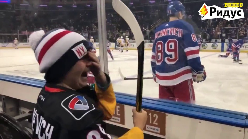 Видео: хоккеист «Нью-Йорк Ре…