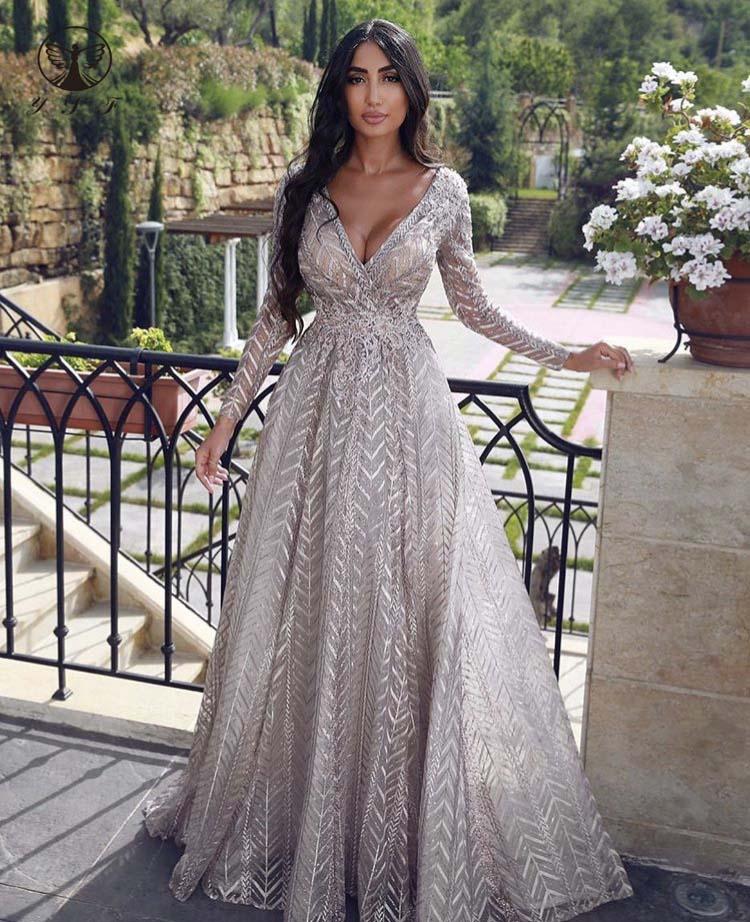 У девушек настолько красивые фигуры, что любое вечернее платье выглядит на них неотразимо