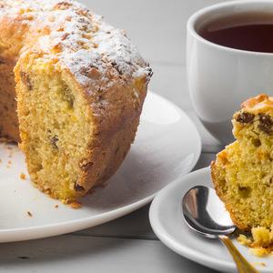 Фото к рецепту: Апельсиновый кекс с изюмом