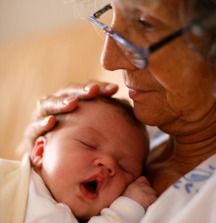 Согласно научным данным, бабушки идедушки, которые сидят сосвоими внуками, живут дольше