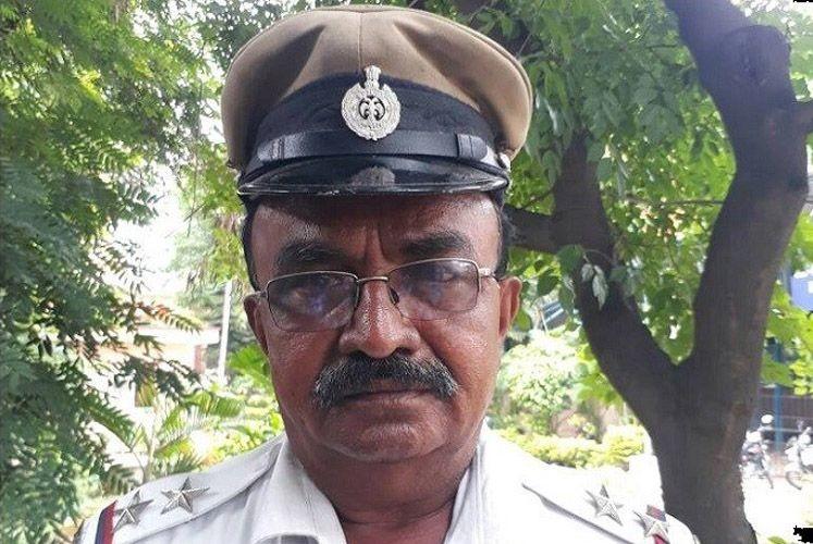 В Индии полицейский пропустил скорую вперёд президентского кортежа