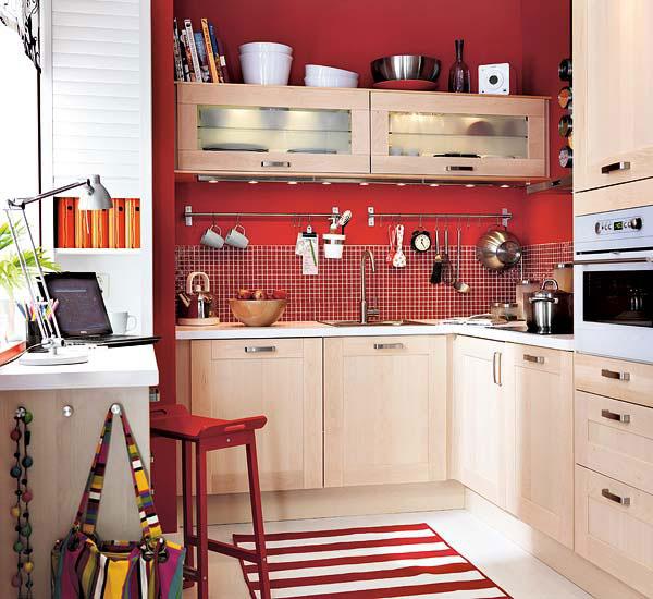 Яркая стена на маленькой кухне