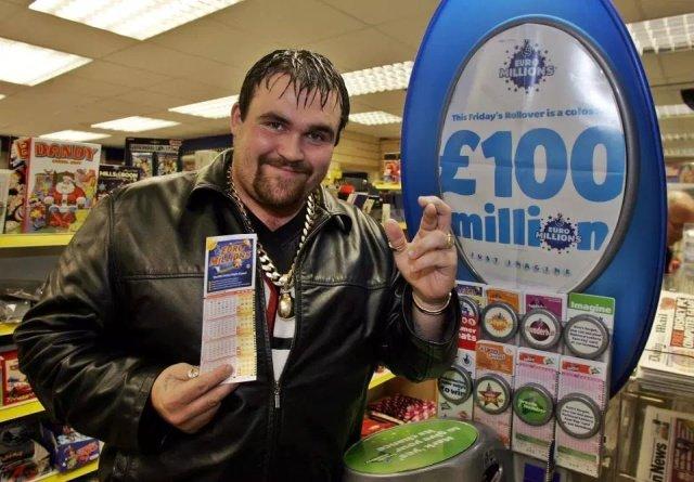 Легко досталось, легко и потерялось: победитель лотереи потратил все деньги и стал чернорабочим
