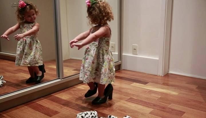 Маленькая девочка танцует фламенко