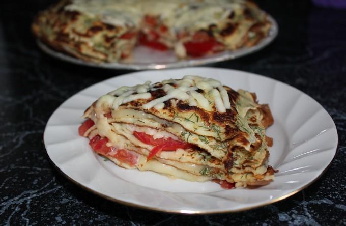 Блинный пирог с помидорами и сыром