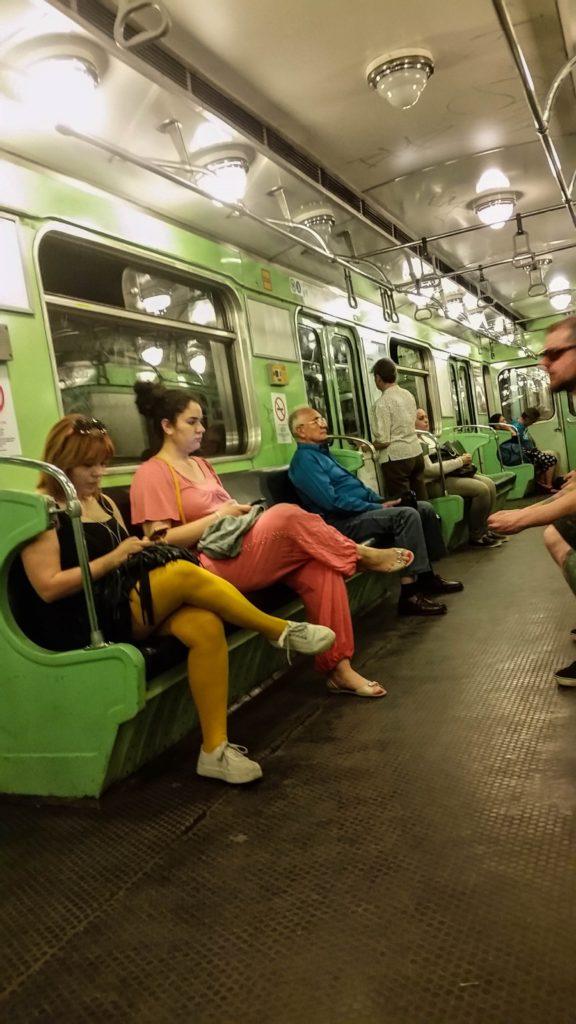 Внутри вагона метро в Будапеште, Венгрия