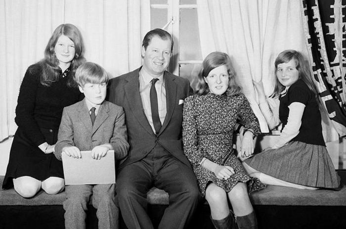 Будущая принцесса (справа) с отцом, сёстрами и братом. / Фото: www.ocdn.eu