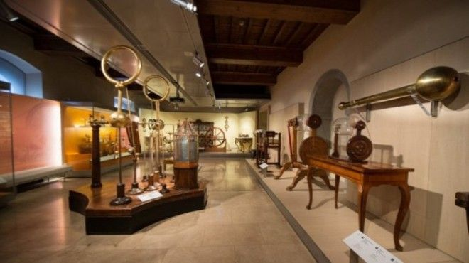 Реконструированный музей расположен в старинном дворце 12го века и хранит уникальные приборы придуманные и построенные самим итальянским ученым Галилео Галилеем