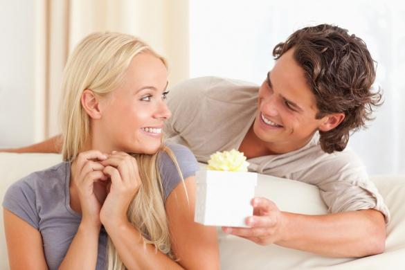 Почему мужчина дарит подарки женщине с которой встречается 77