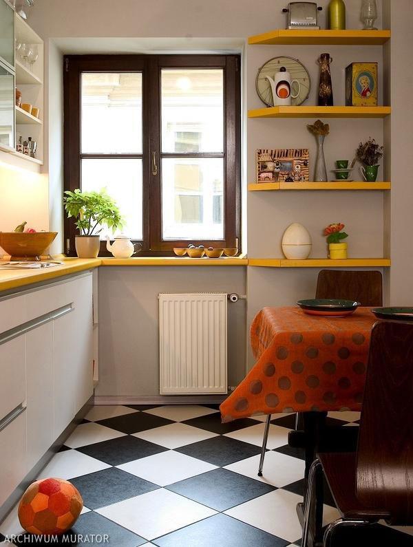 Черно-белый пол на узкой кухне