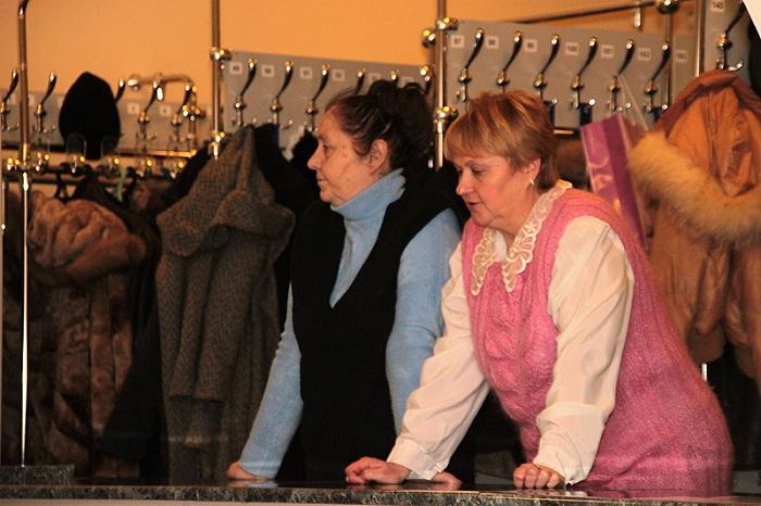 Гардеробами в России ведают бабушки. | Фото: fotokonkurs.ru.