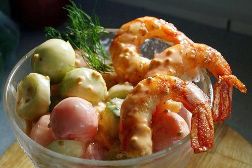 Салат-коктейль из арбуза и огурца с креветками