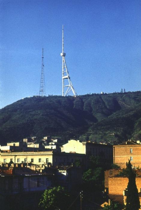 Тбилиси окружен горами и все теле и радиовышки охватывают весь город.