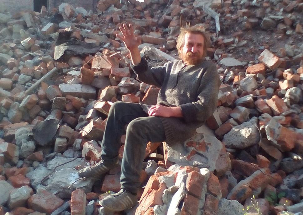 Бомж-фотомодель из Омска позирует для съемок за водку