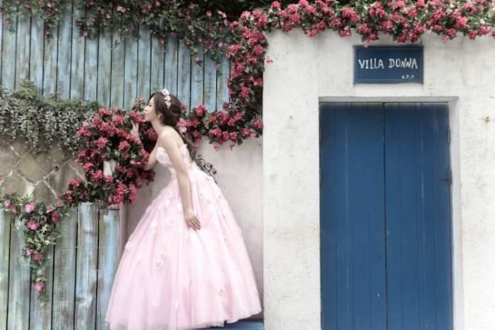 Китаянка устроила для себя одиночную фотосессию в свадебном платье.