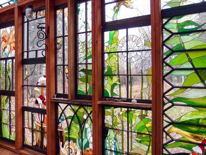 Витражные стены хижины, позволяющие видеть внешний мир более красочным и волшебным.¦ Фото: mymodernmet.com