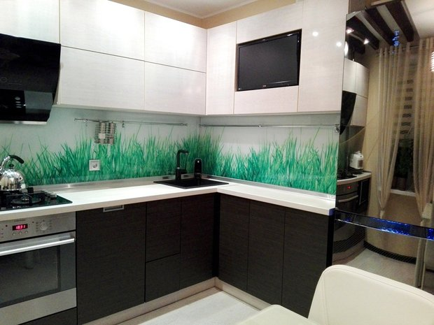 Кухня: зеркальный холодильник и потолочные <em>чего</em> балки