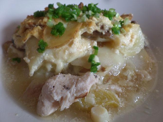 Куриная грудка, запечённая с молодым картофелем, шампиньонами и кабачками