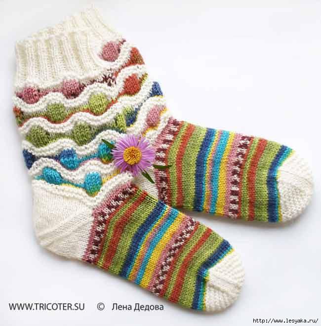 Многоцветные носки и гольфы с волнисто-рельефным узором от Лены Дедовой.