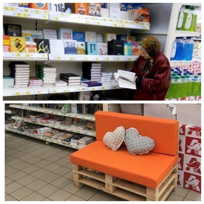 Читающей бабушке в супермаркете сделали собственный диванчик